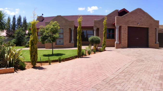 Lentha's Lodge in Langenhovenpark Bloemfontein
